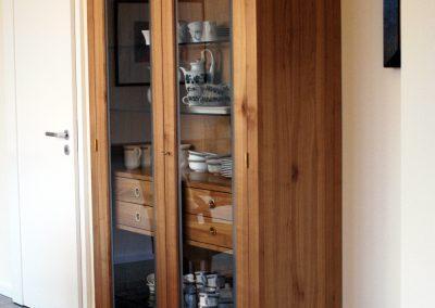Vitrinenschrank mit Glastüren aus Kirschbaum – ein Wohnmöbel vom Schreiner